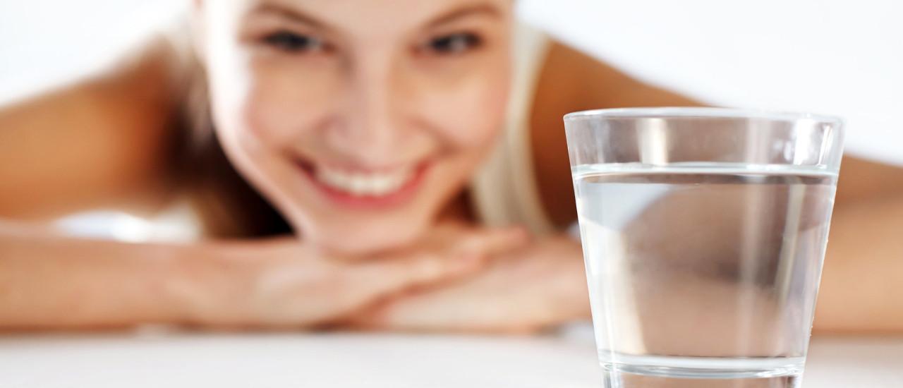 5 motive sa bei apa inainte de culcare