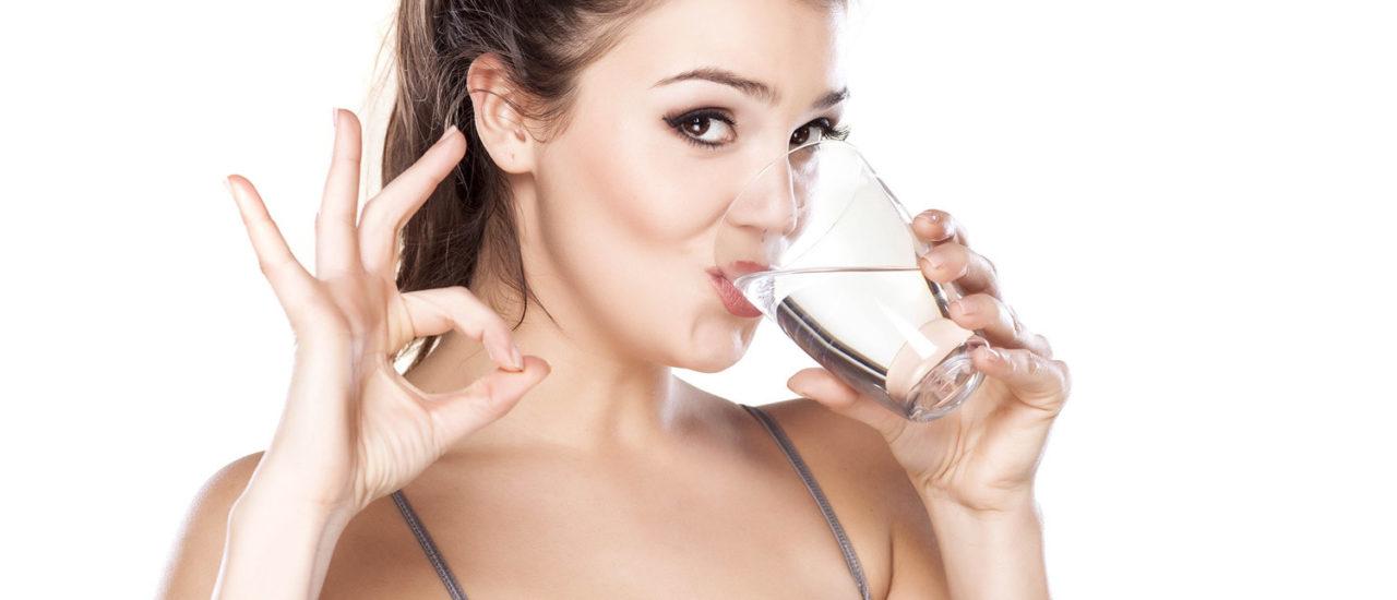 5 motive sa bei apa cu lamaie in fiecare dimineata